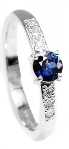 Zlatý prsten se safírem a diamanty 015160