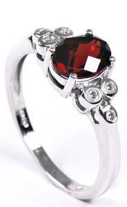 Zlatý prsten s diamanty a granátem PD185