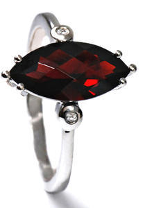 Zlatý prsten s granátem a diamanty PD345