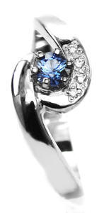 Zlatý prsten se safírem a diamanty 015083