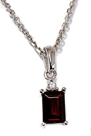 Zlatý přívěšek s granátem a diamanty P195