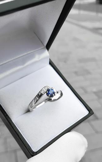 Zlatý prsten se safírem a diamanty 015083  - 2