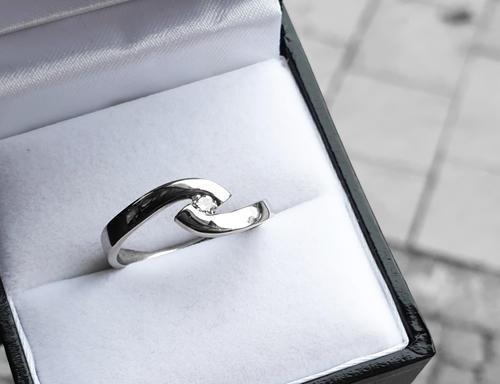 Zlatý prsten s diamantem 015060  - 2