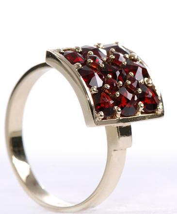 Zlatý prsten s granáty P64  - 2