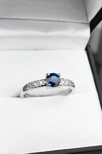 Zlatý prsten se safírem a diamanty 015159  - 3