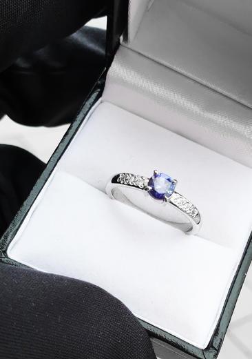 Zlatý prsten se safírem a diamanty 015161  - 3