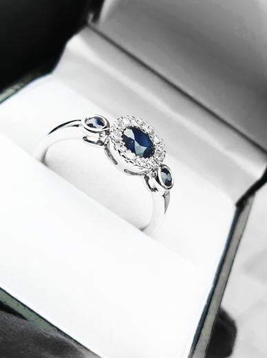 Zlatý prsten se safíry a diamanty 30168  - 3