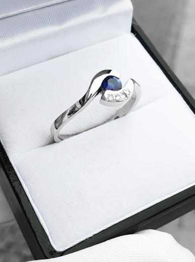 Zlatý prsten se safírem a diamanty 015235  - 3